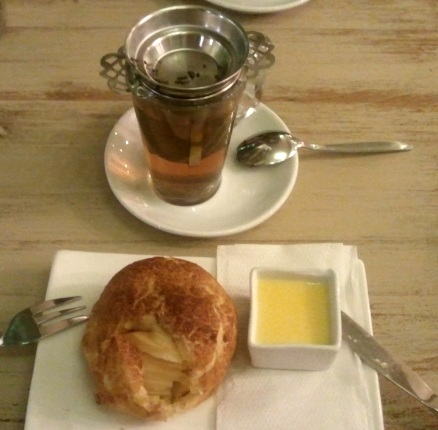 warm appelbol with vanilla sauce