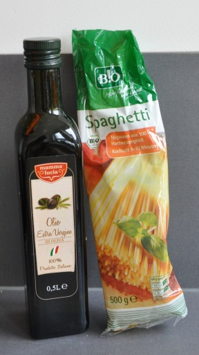 spaghetti and extra virgin olive oil