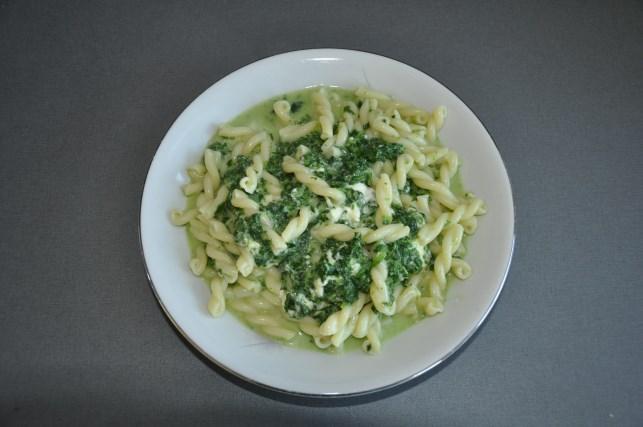 macaroni spinach and Greek cheese and garlic 4